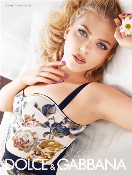 scarlett johansson star della nuova campagna pubblicitaria di cosmetici dolce gabbana per la. Black Bedroom Furniture Sets. Home Design Ideas