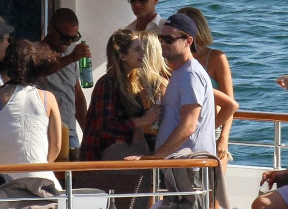 leonardo-dicaprio-partying-with-jonah-hill-and-bikini-babes-on-yacht-in-sydney