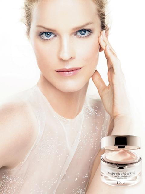 Eva Herzigova, nuova testimonial per la crema Capture Total di Dior