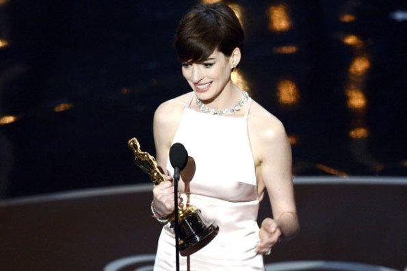Anne Hathaway, cambio d'abito dell'ultimo minuto alla premiazione degli Academy Awards